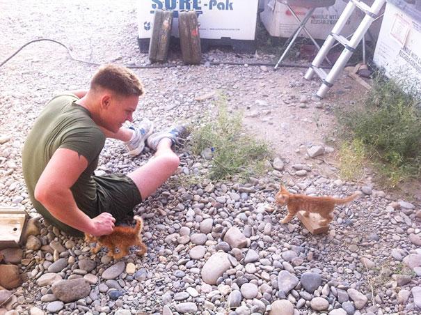 Soldados-e-animais-que-se-tornaram-melhore-amigos (15)