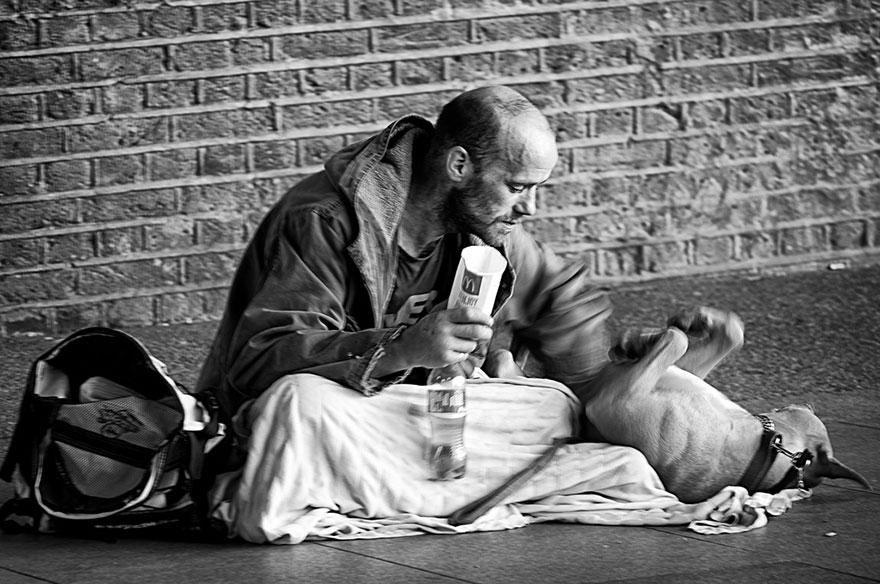 Cães amam seus donos, não importa quanto dinheiro eles tenham.. (9)