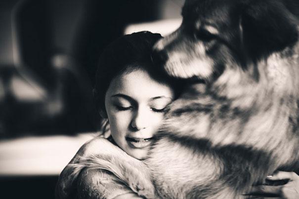 Cães fofos abraçando seus donos (9)