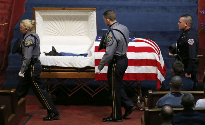 Cão-da-polícia-dos-EUA-tem-funeral-de-herói-após-morrer-em-serviço-Blog-Animal (1)
