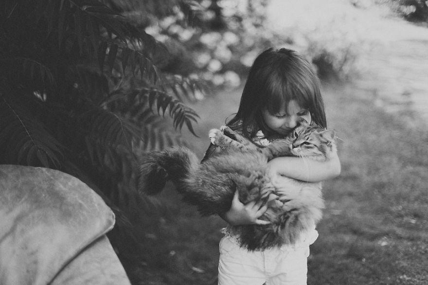Fotos de crianças brincando com seus gatos (11)