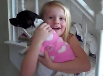 13 Reações adoráveis de crianças recebendo animais como presentes de Natal