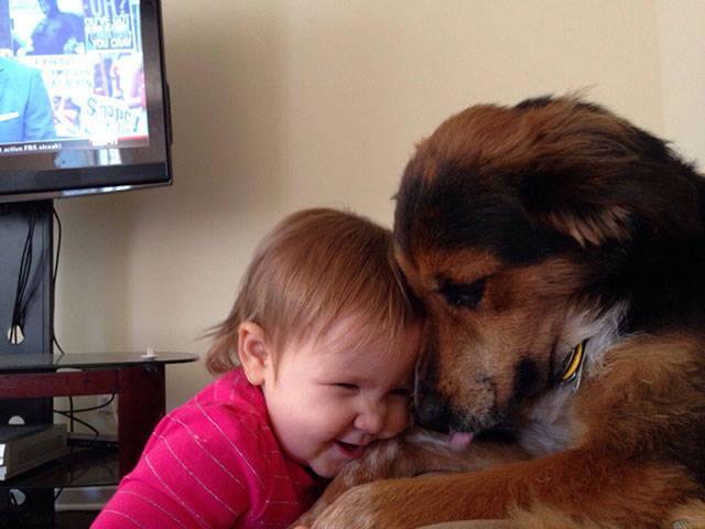 Crianças que aprenderam cedo que os cães são nossos melhores amigos