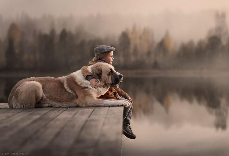 Mãe russa tira incríveis fotos de animais com seus filhos (1)