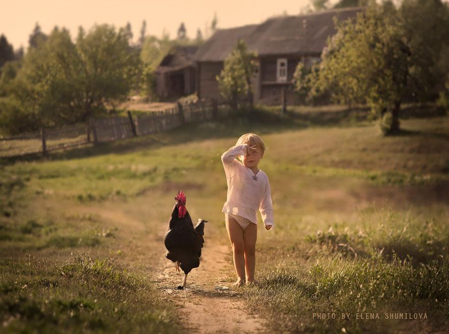 Mãe russa tira incríveis fotos de animais com seus filhos (10)