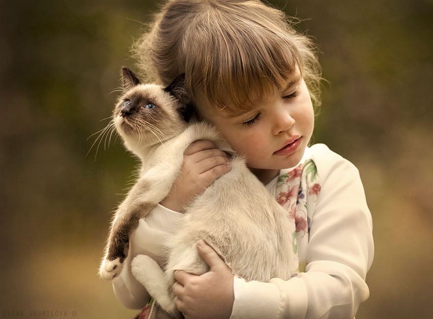 Mãe russa tira incríveis fotos de animais com seus filhos (11)