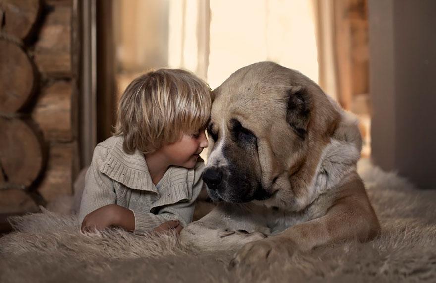 Mãe russa tira incríveis fotos de animais com seus filhos (13)