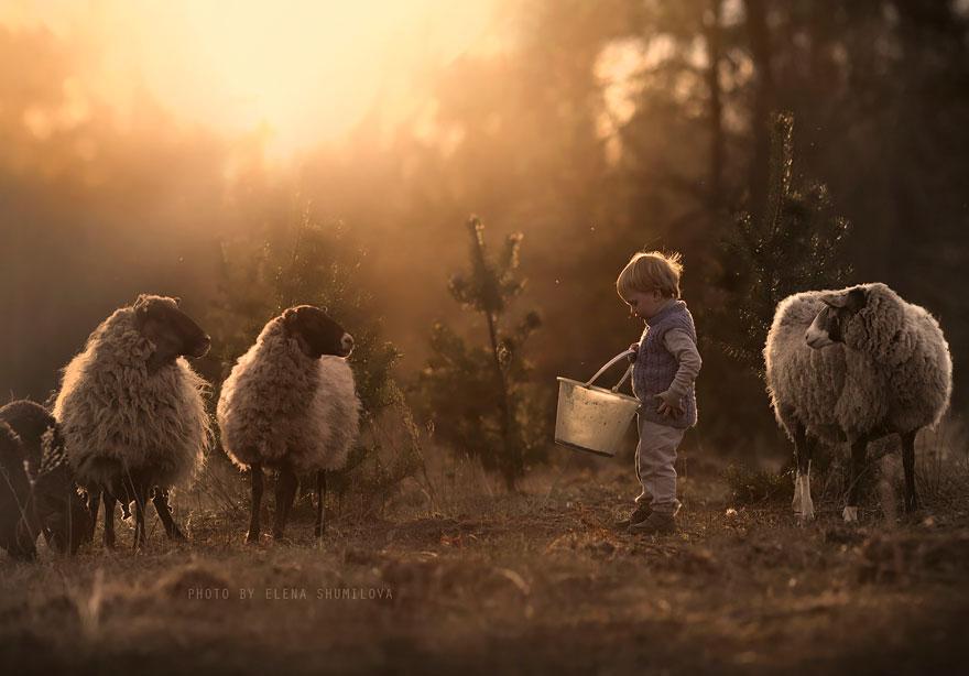 Mãe russa tira incríveis fotos de animais com seus filhos (17)