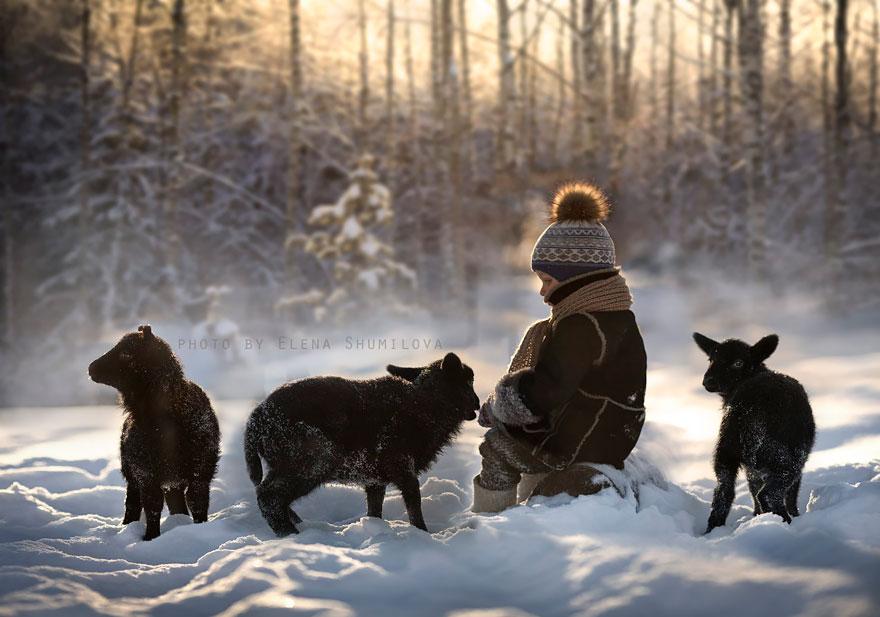 Mãe russa tira incríveis fotos de animais com seus filhos (7)