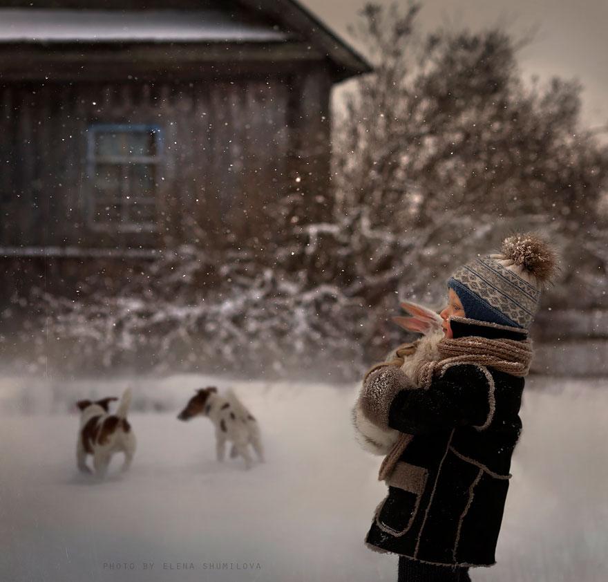 Mãe russa tira incríveis fotos de animais com seus filhos (8)