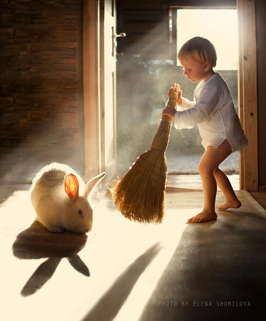 Mãe russa tira incríveis fotos de animais com seus filhos (9)