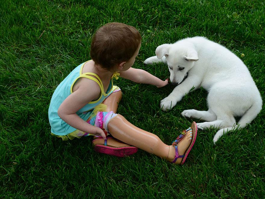 Menina-de-3-anos-que-não-tem-os-pés-ganha-filhote-que-também-não-tem-uma-patinha (2)