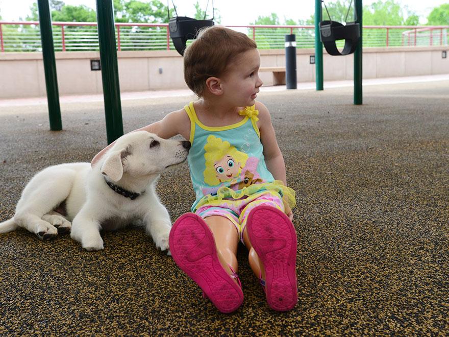 Menina-de-3-anos-que-não-tem-os-pés-ganha-filhote-que-também-não-tem-uma-patinha (4)