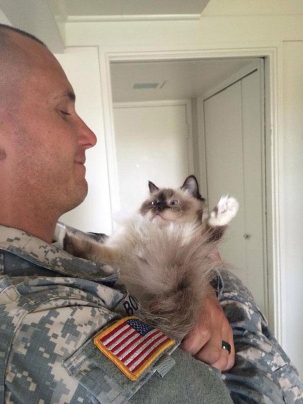 Soldados-e-animais-que-se-tornaram-melhore-amigos (24)