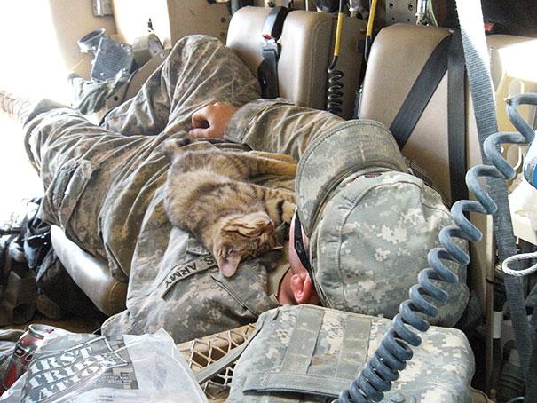 Soldados-e-animais-que-se-tornaram-melhore-amigos (4)