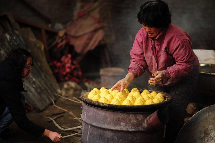 Chinesa viaja 2.500 km para salvar cães de festival de carne de cachorro (16)