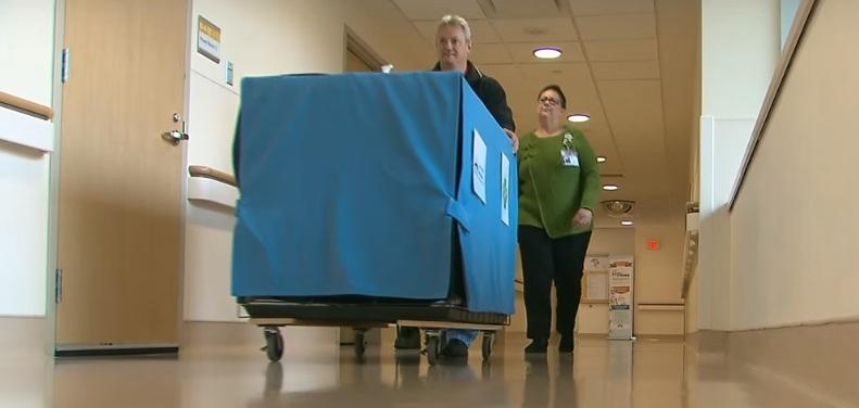 Esta caixa azul contém um tipo especial de medicina que todo hospital deveria ter